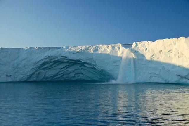 الشلالات الجليدية في سفالبارد في النرويج glacier-waterfalls-2